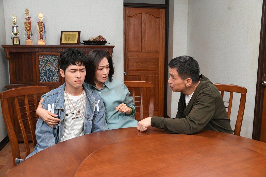 李天柱(右)戲中教育觀念和老婆劉瑞琪相反。圖/三立提供