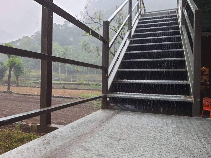 「久旱逢甘雨」屏東縣霧台鄉山區今天下雨了,部落族人開心紀錄山區下雨的一刻,霧台鄉神山部落宋姓族人開心說,雨下了約一個小時。圖/讀者提供