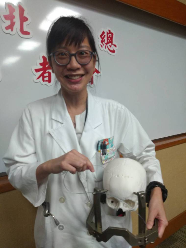 北榮神經內科醫師蔣漢琳說明深層腦部電刺激手術(DBS),將0.1公分細的電極導線...