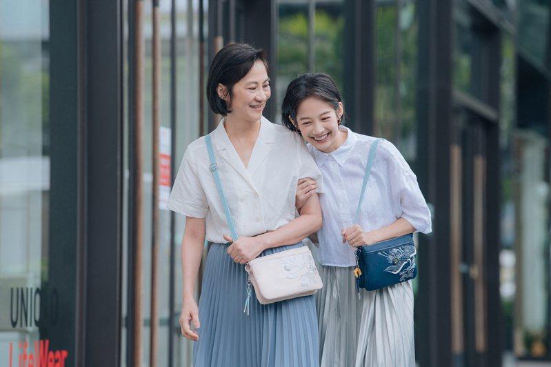 簡嫚書和媽媽一同入鏡,演繹Kipling與永樂宮聯名系列袋包。圖/Kipling提供