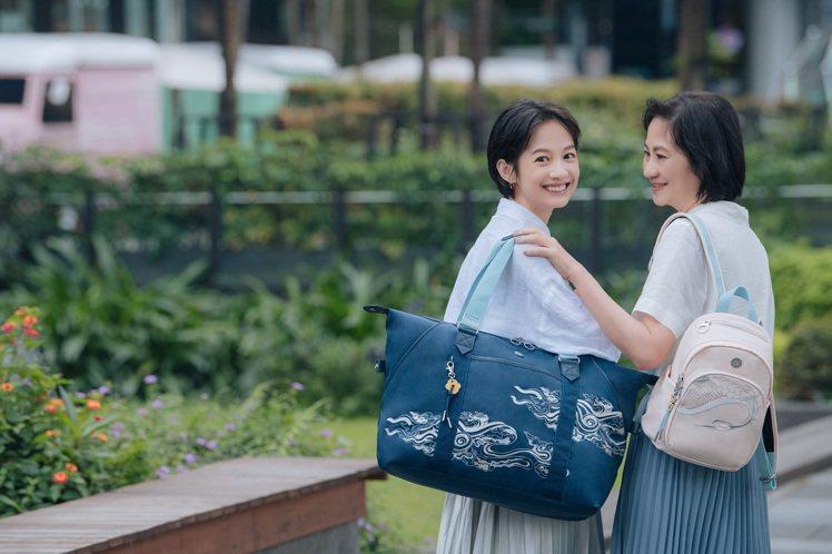 比利時袋包品牌Kipling請來女星簡嫚書和媽媽一同入鏡,演繹這一季的新品。圖/...