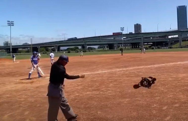 新北市高中棒球社團盃季軍戰昨日(21日)舉辦,由新莊高中對上板橋高中,不料在比賽過程中,板橋高中的捕手因為閃球,導致後方的主審被球打到左手臂,當場甩掉面罩直接離場。 圖/翻攝YouTube