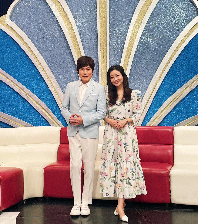 「台語歌王」洪榮宏(左)偕老婆張瀞云錄「我愛冰冰Show」。圖/中視提供