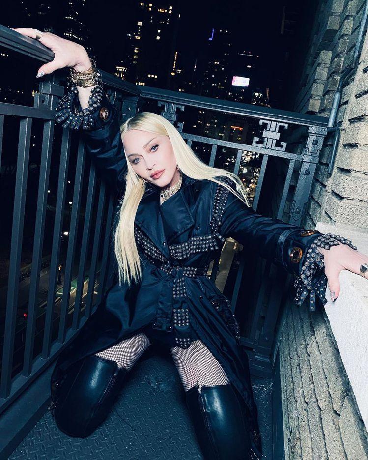 娜姐跪著拍仍是巨星氣場,她穿上2021冬季過膝皮革長靴表現性感搖滾的風韻。圖/取...