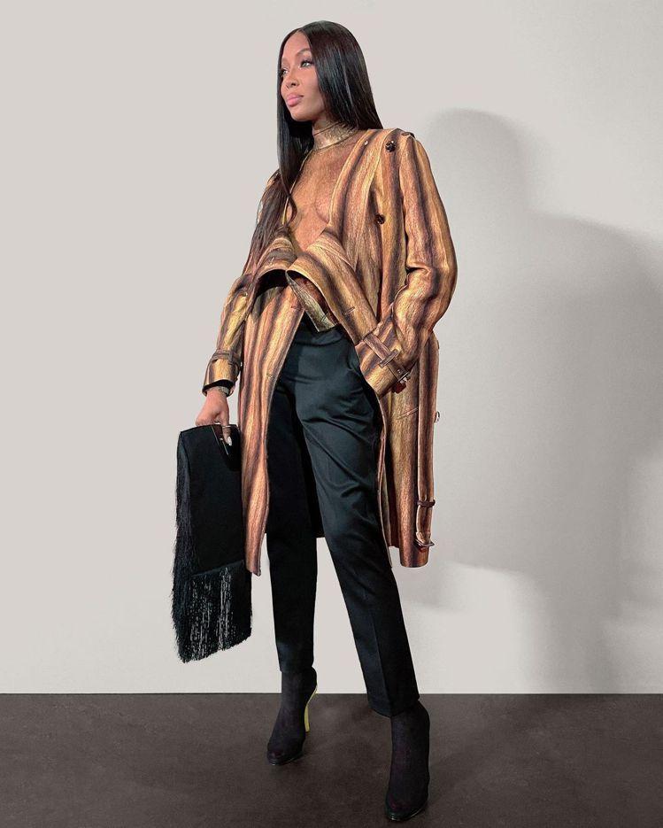 娜歐蜜坎貝爾身穿2021冬季特殊剪裁大衣。圖/取自IG
