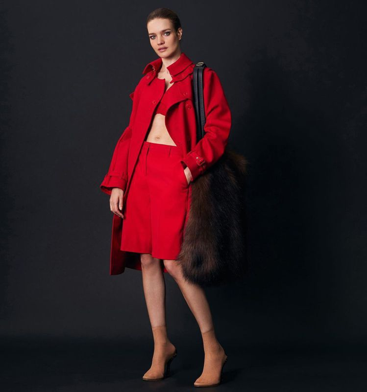 Natalia Vodianova將紅色套裝的性感與俐落表現得恰如其分。圖/取自...