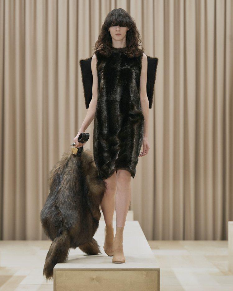 模特兒帥氣詮釋人造皮草包款,展現BURBERRY以動物王國為靈感的野性氣息。圖/...