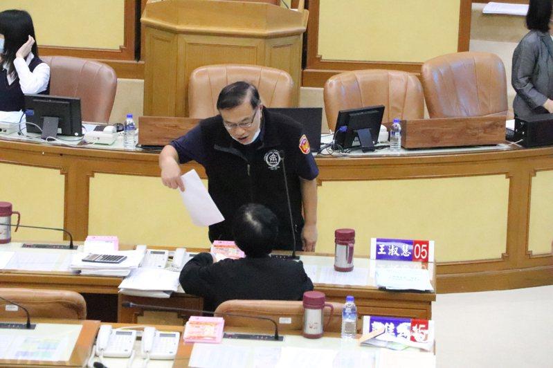 新北市警察局長黃宗仁向議員說明。記者吳亮賢/攝影