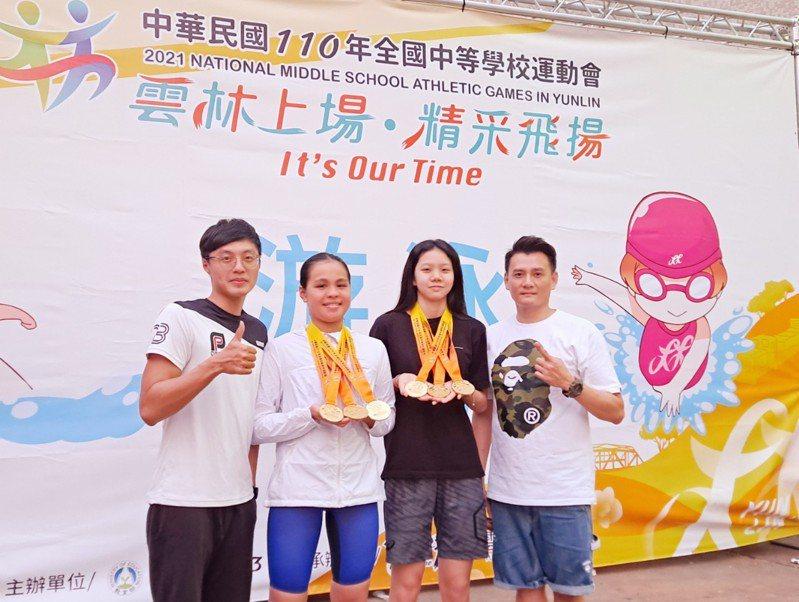 培英國中廖祐菲(右2)拿下全中運游泳國女組50、100及200公尺自由式金牌,竹光國中黃子怡(左2)則抱回游泳國女組400、800及1500公尺自由式金牌。圖/新竹市政府提供