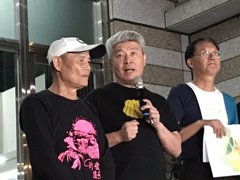 珍愛藻礁公投領銜人潘忠政(左1)。記者吳姿賢/攝影