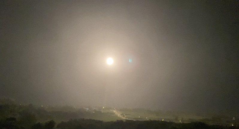 國家中山科學研究院今晚在台東成功鎮基翬漁港試射1枚「無限高」飛彈。記者尤聰光/攝影