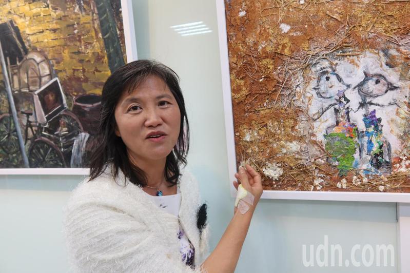 鄭芬蘭兒時養鴨女孩的經歷也成為畫作中的素材,用稻草、蛋殼等多媒材創作。記者林宛諭/攝影