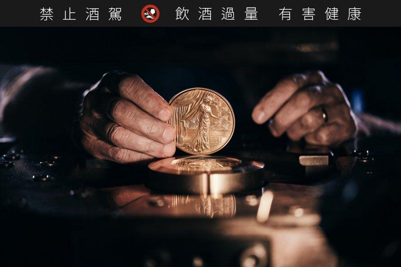 這款由巴黎鑄幣局特別鑄造的紀念幣,刻上和水晶瓶一樣獨一無二的序號。圖/路易十三提供。提醒您:禁止酒駕 飲酒過量有礙健康。