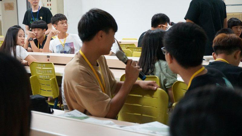 立法院教文會上周初審通過修正「高級中等教育法」,首度將高中校務會議學生代表席次比率最低保障入法,不得少於成員總數百分之八,有望在本會期三讀通過。示意圖。圖/台灣青年民主協會提供