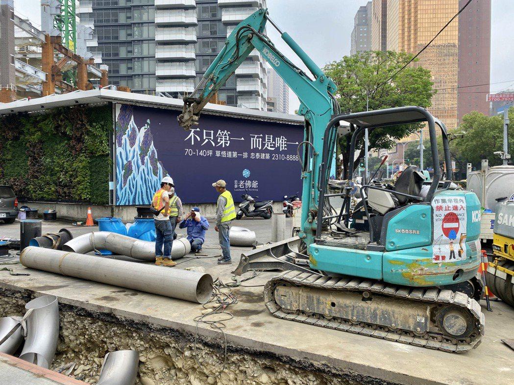 台水公司正在「忠泰老佛爺」進行自來水管連結工程,很快就可正式供水。記者宋健生/攝...
