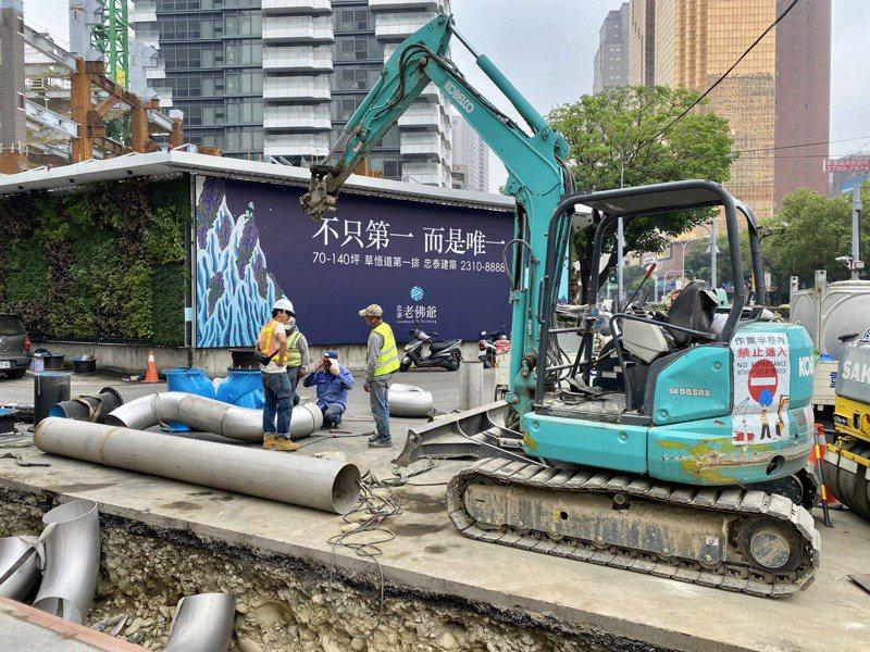 台水公司正在「忠泰老佛爺」進行自來水管連結工程,很快就可正式供水。記者宋健生/攝影