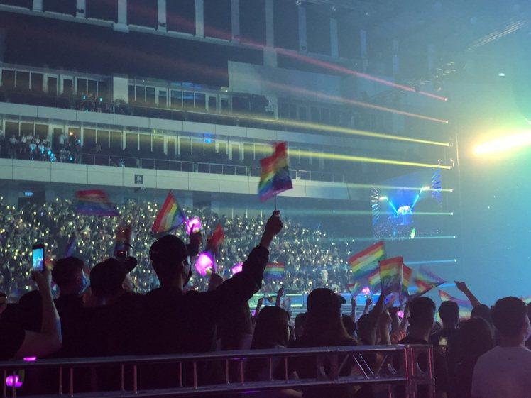 粉絲應援揚起象徵性別平權的彩虹旗。圖/讀者提供