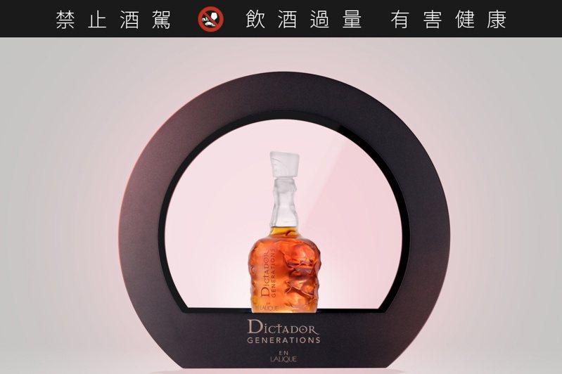 獨裁者萊儷水晶世代典藏版以禮盒包裝,禮盒中並附有具備照明的展示陳列座。圖/廷漢提供。提醒您:禁止酒駕 飲酒過量有礙健康。