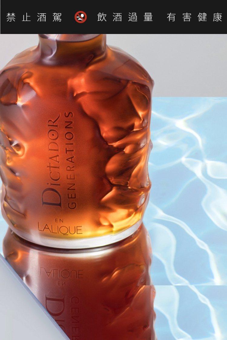 在瓶身上形塑出水波紋並使用Lalique經典的澄澈磨砂水晶,刻畫製作出光影。圖/...