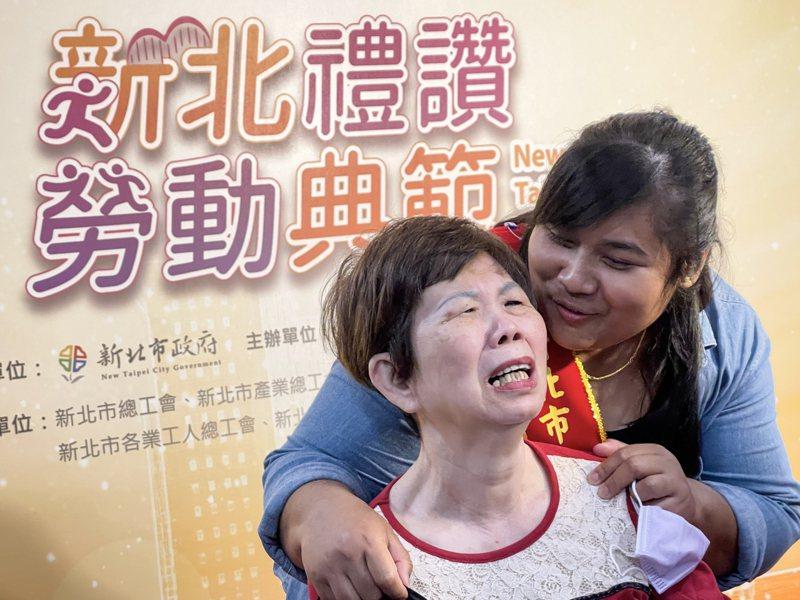 印尼移工安妮(右)昨天獲新北模範勞工表揚,她一句「加油,要好起來,我愛妳」,惹哭在旁的阿嬤。記者王敏旭/攝影