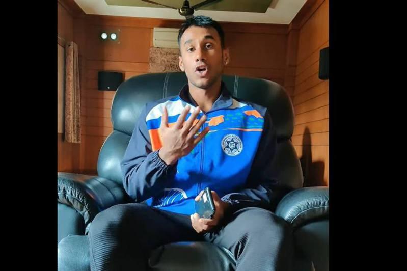 印度泳手比馬(Likith Prema)在YouTube拍片踢爆有奧運資格賽疑似造假。(網上截圖)