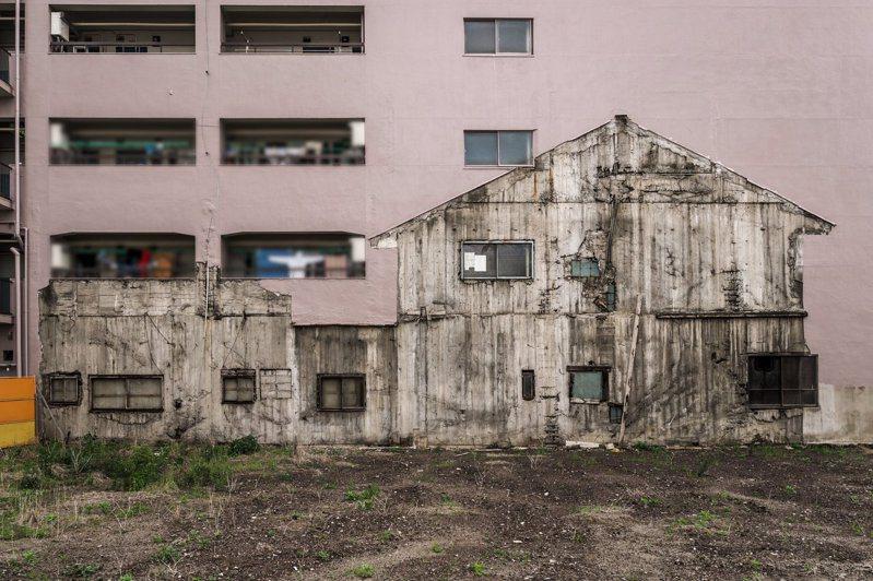 名古屋一棟平房在拆除後,仍在一旁的公寓外牆上留下痕跡,讓人直呼是「家的幽靈。圖擷取自twitter