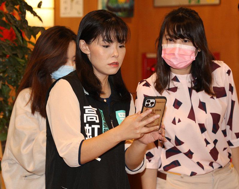 民眾黨立委高虹安(前)上午受訪時表示,立院加裝監視器為了安全的問題不會有人反對,但應該要有更多事前的溝通。記者林澔一/攝影