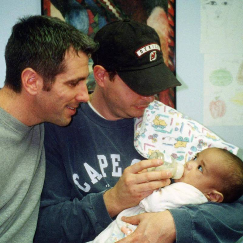 美國一對男同志在20多年前撿到一位嬰兒,在法官的建議之下,決定收他作養子。圖擷取自IG