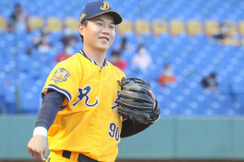 江坤宇接連上演精采美技,讓網友讚嘆「未來20年的金手套」! 中央社