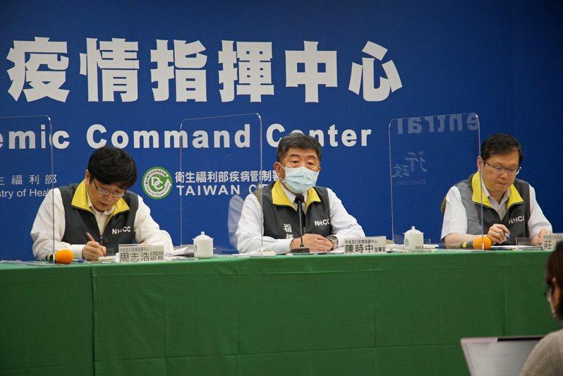 中央流行疫情指揮中心今天臨時於下午1點半召開記者會,左起疫情監測組組長周志浩、指揮官陳時中、發言人莊人祥。圖/指揮中心提供