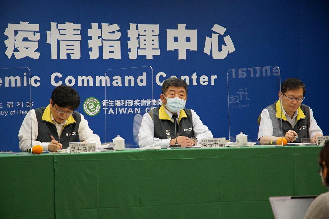 中央流行疫情指揮中心今天臨時於下午1點半召開記者會,左起疫情監測組組長周志浩、指...