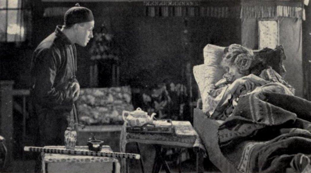 1919年上映的《殘花淚》(Broken Blossoms)是早期好萊塢由白人飾...