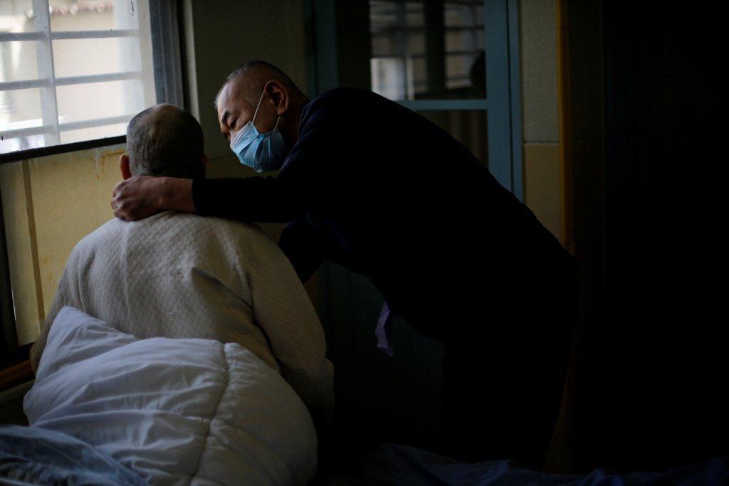 「好的照顧」意味著穩定的照顧人力,外籍看護工需要跟著受照顧者的一日作息安排時間。 圖/路透社