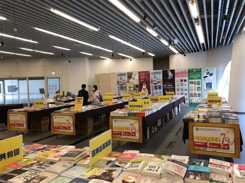 閱讀背包客漂遊市集提供知名出版社限時特價,買書送好禮。(圖/國立公共資訊圖書館)
