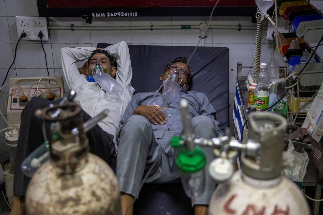 印度的各大醫院除了面臨醫用氧氣、病床、藥物等基本物質嚴重短缺的狀況,就連醫護人員...