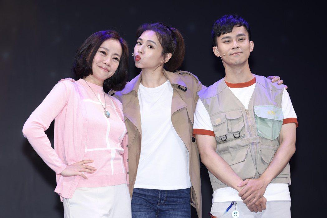 「Space Boy」星空男孩舞台劇,劇中飾演一家人的演員范瑞君(左起)、夏宇喬...