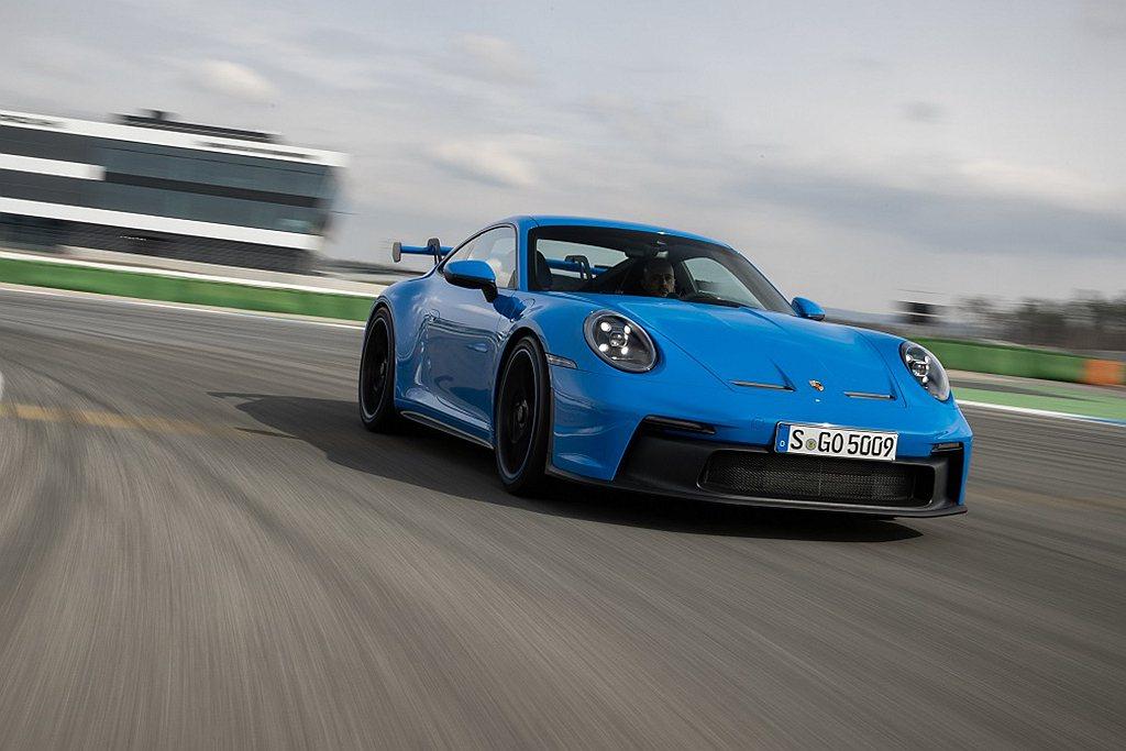 全新保時捷911 GT3搭載的賽車技術卓然出眾。在開發過程中,工程師團隊特別追求...