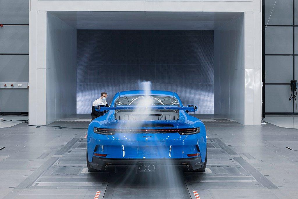 保時捷911 GT3的倒勾式(Swan Neck)連桿,近似GT賽車911 RS...