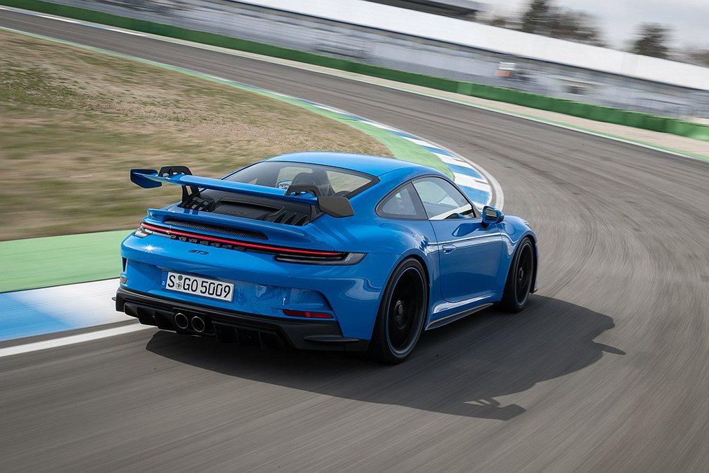 在義大利Nardo環狀測試賽道上,911 GT3的4.0L六缸水平對臥引擎穩定地...