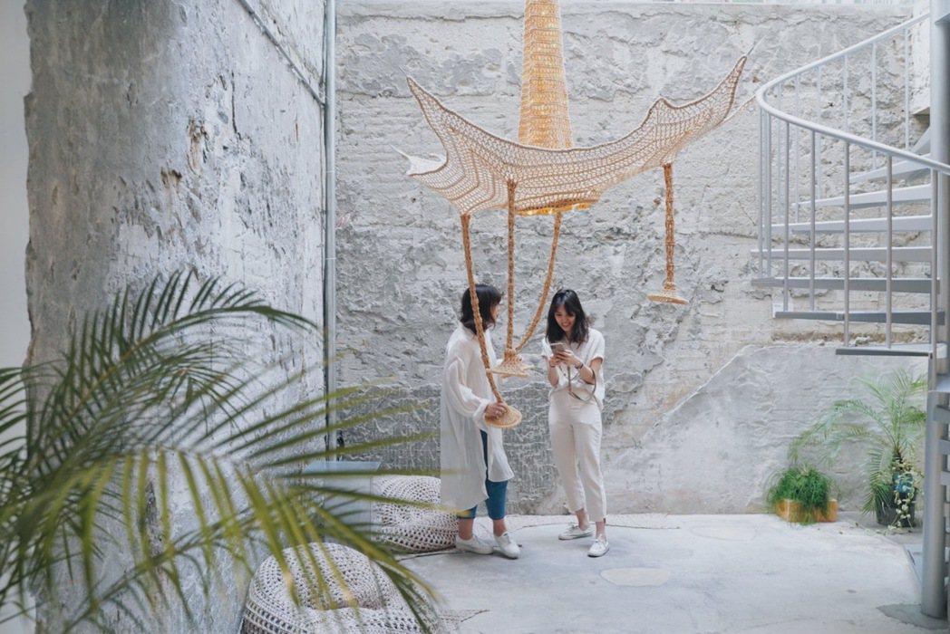 編織藝術團隊「織築」以純手工編織出逾3公尺大型懸吊裝置。 圖/沈佩臻攝影