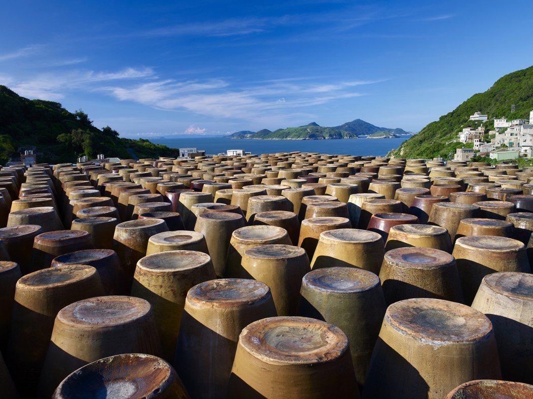 馬祖酒廠擁有大片的酒罈,壯觀畫面令人印象深刻。馬祖酒廠、連江縣政府/提供
