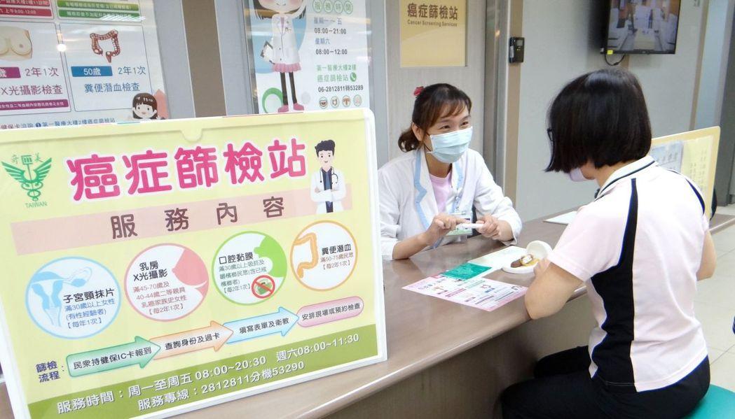 癌症篩檢站個案管理師秦傳蓉向民眾說明癌症篩檢的流程。 奇美醫學中心/提供。