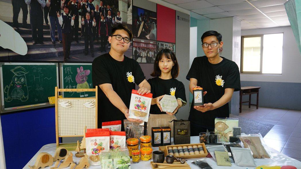 潮青商店提供多項小農商品,學生親自示範展售。 洪紹晏/翻攝