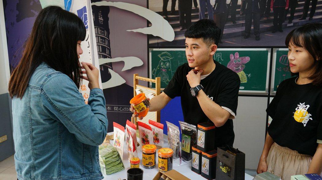 學生向消費者說明食品益處。 洪紹晏/翻攝