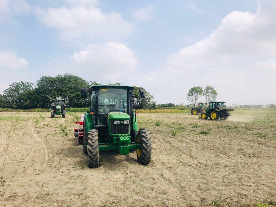 參訓學員於明道有機農場體驗不同機型與附掛設備,一對一教學試駕情形。 明道大學...
