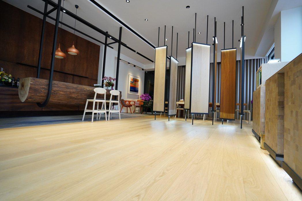 三鷹地板臺南分公司門市設計溫馨典雅,走精品氣質路線。 楊鎮州/攝影
