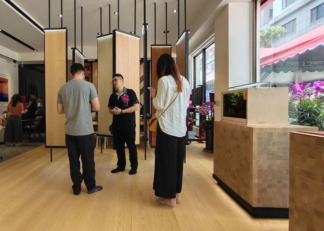開幕第一天就有不少建設公司、設計師及建築師積極詢問產品特色。 楊鎮州/攝影