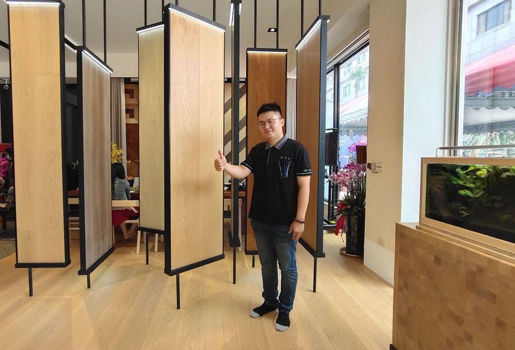 三鷹地板臺南分公司代表李帛倫歡迎大家蒞臨參觀。 楊鎮州/攝影