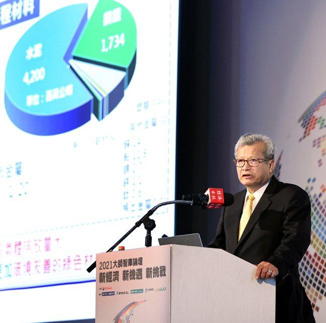 中鋼公司董事長翁朝棟在經濟日報2021大師智庫論壇中,以「傳統鋼廠的轉型之路」為...