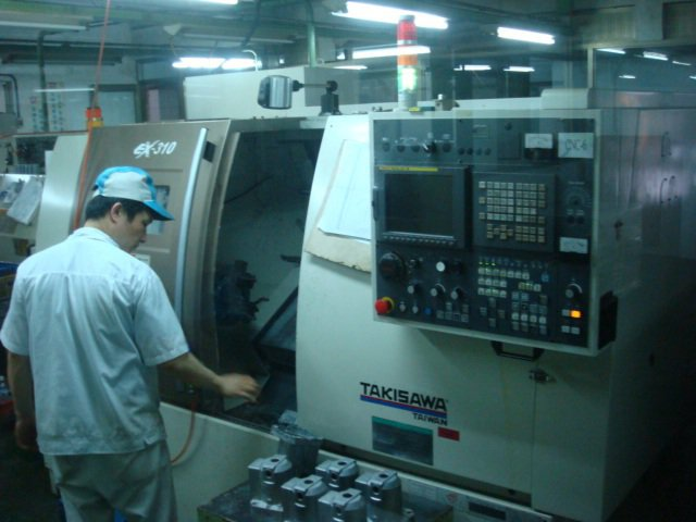 暉華工業員工CNC機台執行作業中。/暉華工業提供